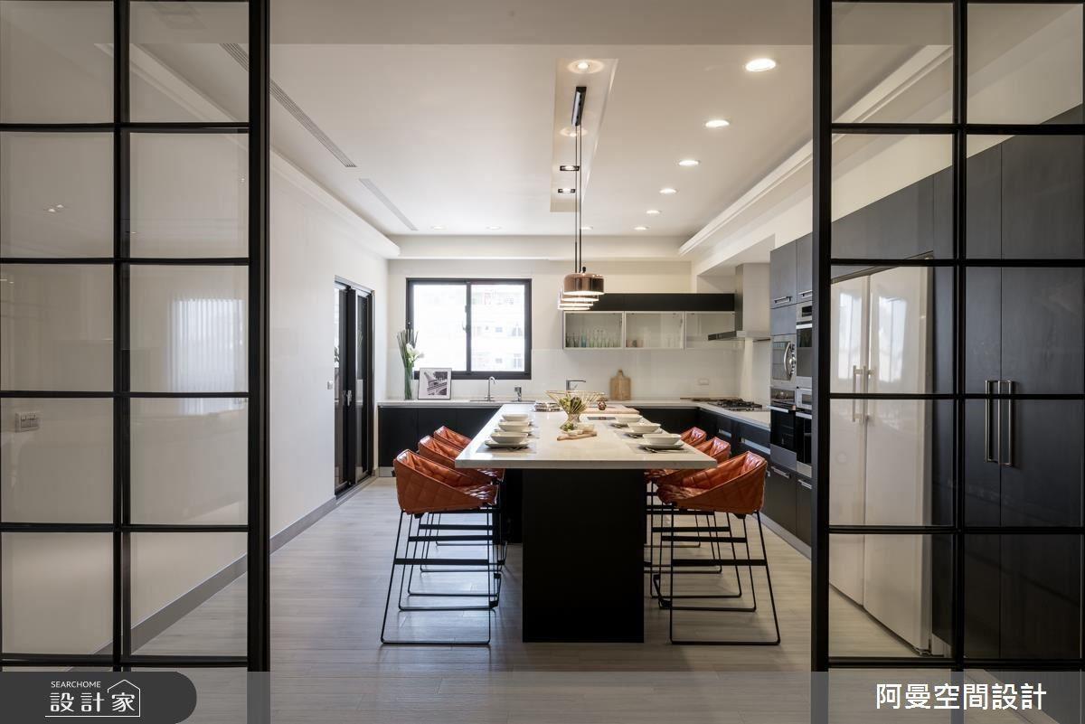同樣以鐵框玻璃拉門作為空間區隔,一體成型的長桌,兼具中島與餐桌機能,橘色餐椅點亮空間色彩,而石材檯面襯托時尚質感。