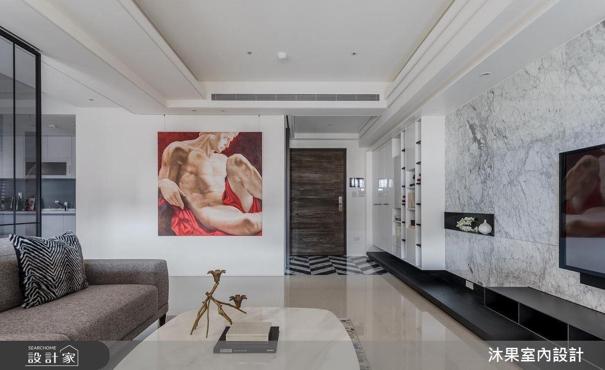 考量到客浴牆面與整體空間的比例關係,進一步更改客浴出口並延長牆面長度,掛上屋主夫妻喜愛的義大利仿畫,強烈的視覺張力製造牆面焦點。
