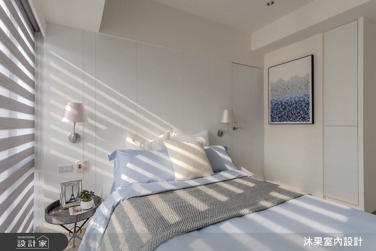 床頭右側更利用 30 公分畸零空間打造小型櫃體,上下皆因應屋主的旅行習慣,成為行李箱專用收納處。