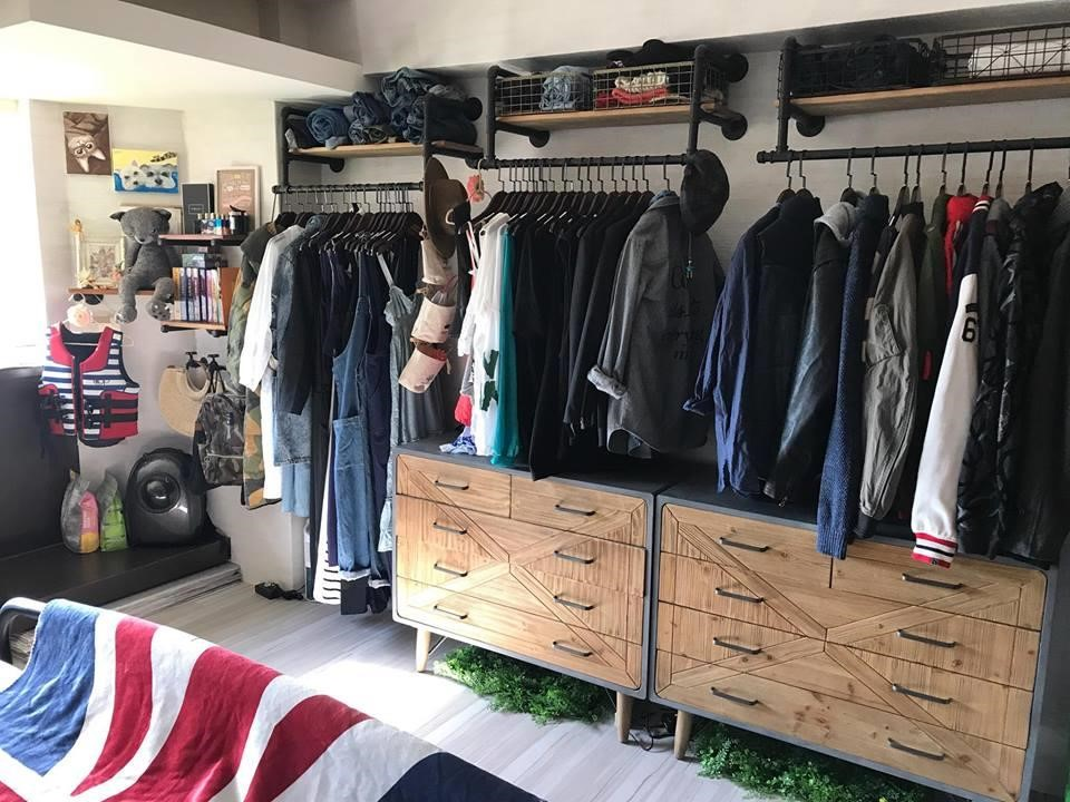 五斗櫃+壁掛式衣架+鐵網收納籃,提供充足且多元的收納空間。圖片提供_i AM寶姬