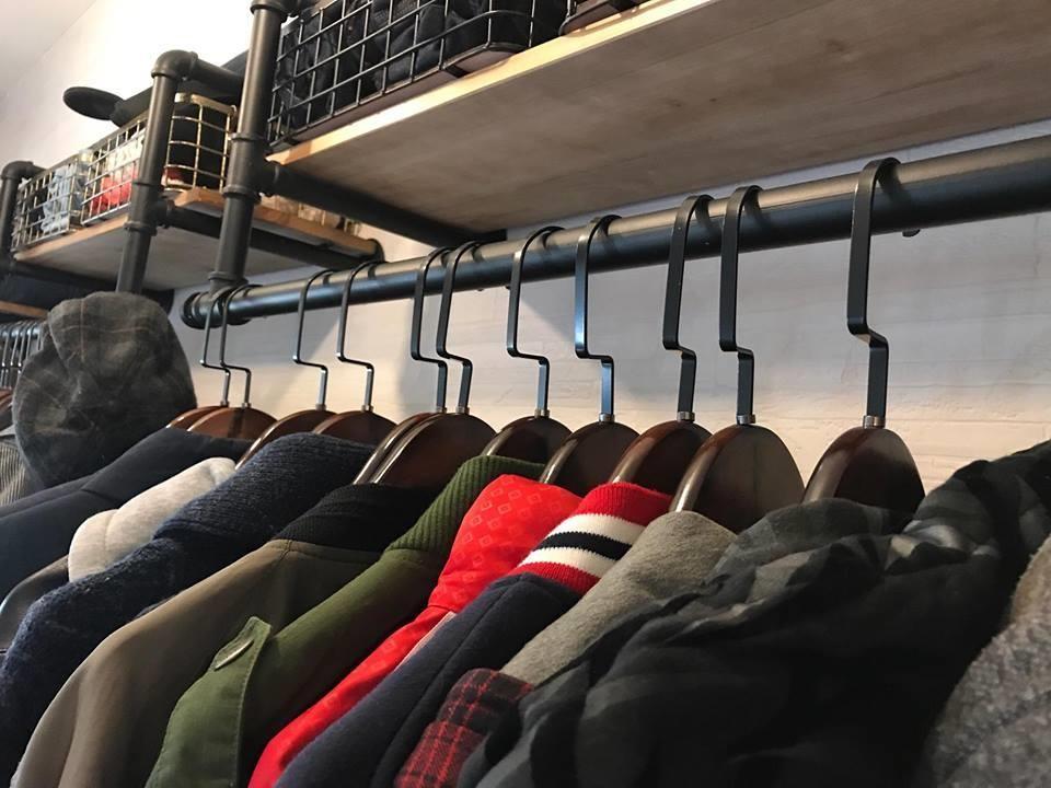 以實木衣架吊掛外套衣服,彷彿精品店般的陳列方式,更顯質感。圖片提供_i AM寶姬