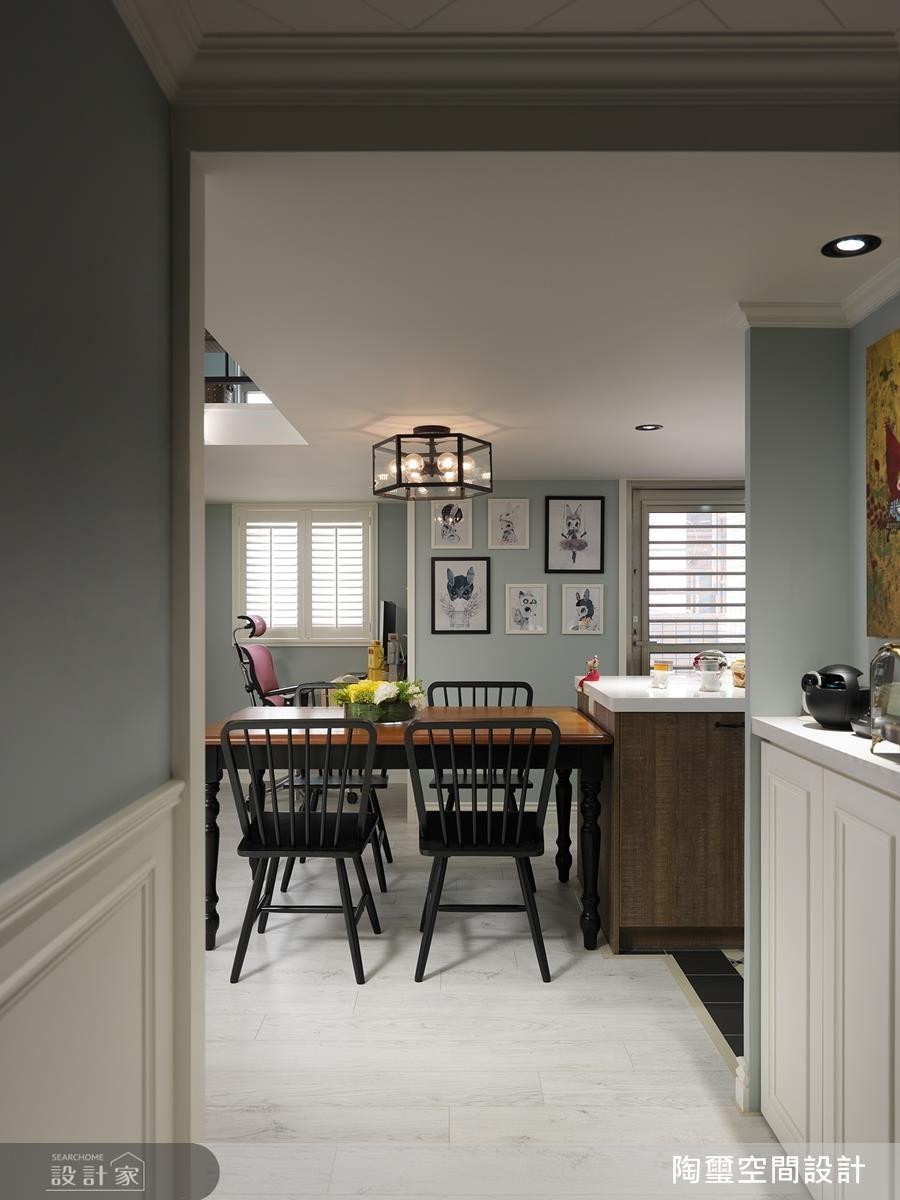 玄關處的美式壁板、櫃體相互呼應,型塑第一眼的優雅美式印象。