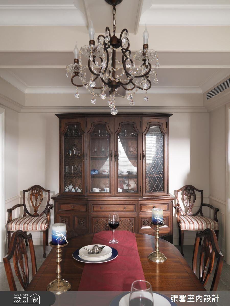 保留伴隨屋主長久的老餐櫃,並精心選配英國古董餐桌相互呼應,為餐廳增加家的暖度。