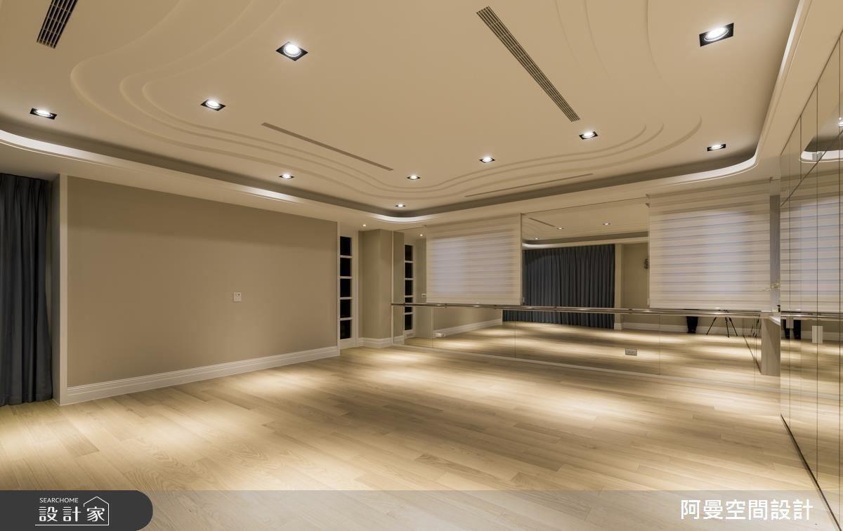 舞蹈教室天花運用流線型線板,不僅圓潤空間氛圍,同時也隱喻了屋主的曼妙舞姿,而在鏡面的背後結合收納機能,增加生活便利性。