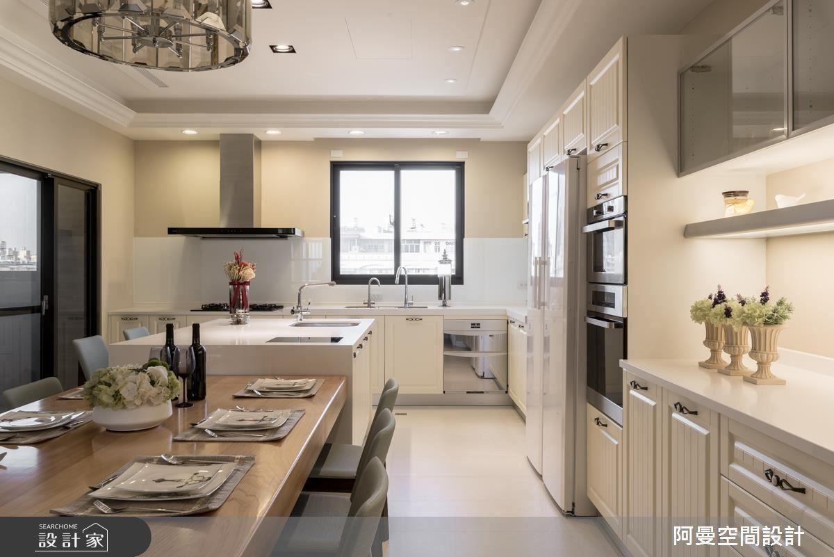完備收納機能的餐廚空間,隨著家電擺設位置,延伸出兩邊備餐檯,讓空間顯得大器方正。