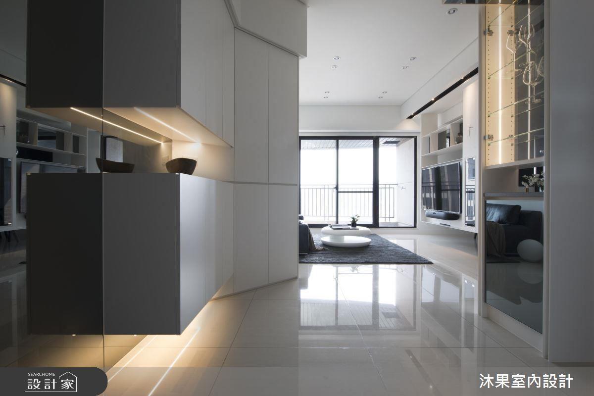 設計師在懸櫃下方加裝照明,彰顯材質的層次與溫馨氣息,斜面儲藏衣櫃,巧面免除沙發正沖大門的尷尬。