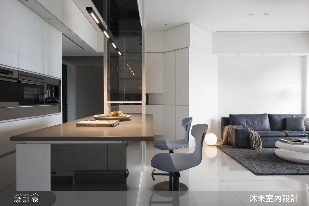 屋主原本想要設置在書房前面的電器櫃,經由設計師的巧妙轉換與吧台平行,打造流暢的烹飪動線。