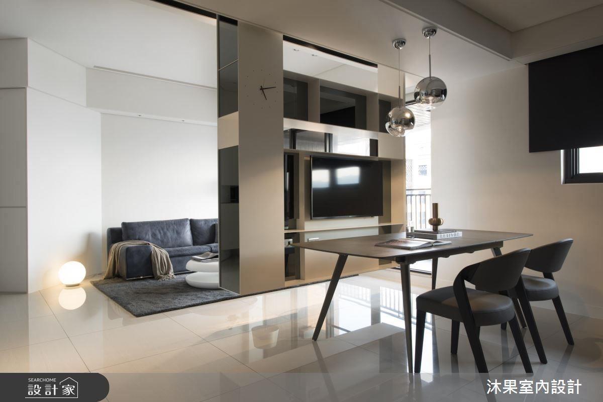 位於電視牆後方的餐廳因為軸距較客廳小,相較於客廳的 60 吋的電視尺寸,設計師特別選用 40 吋螢幕。