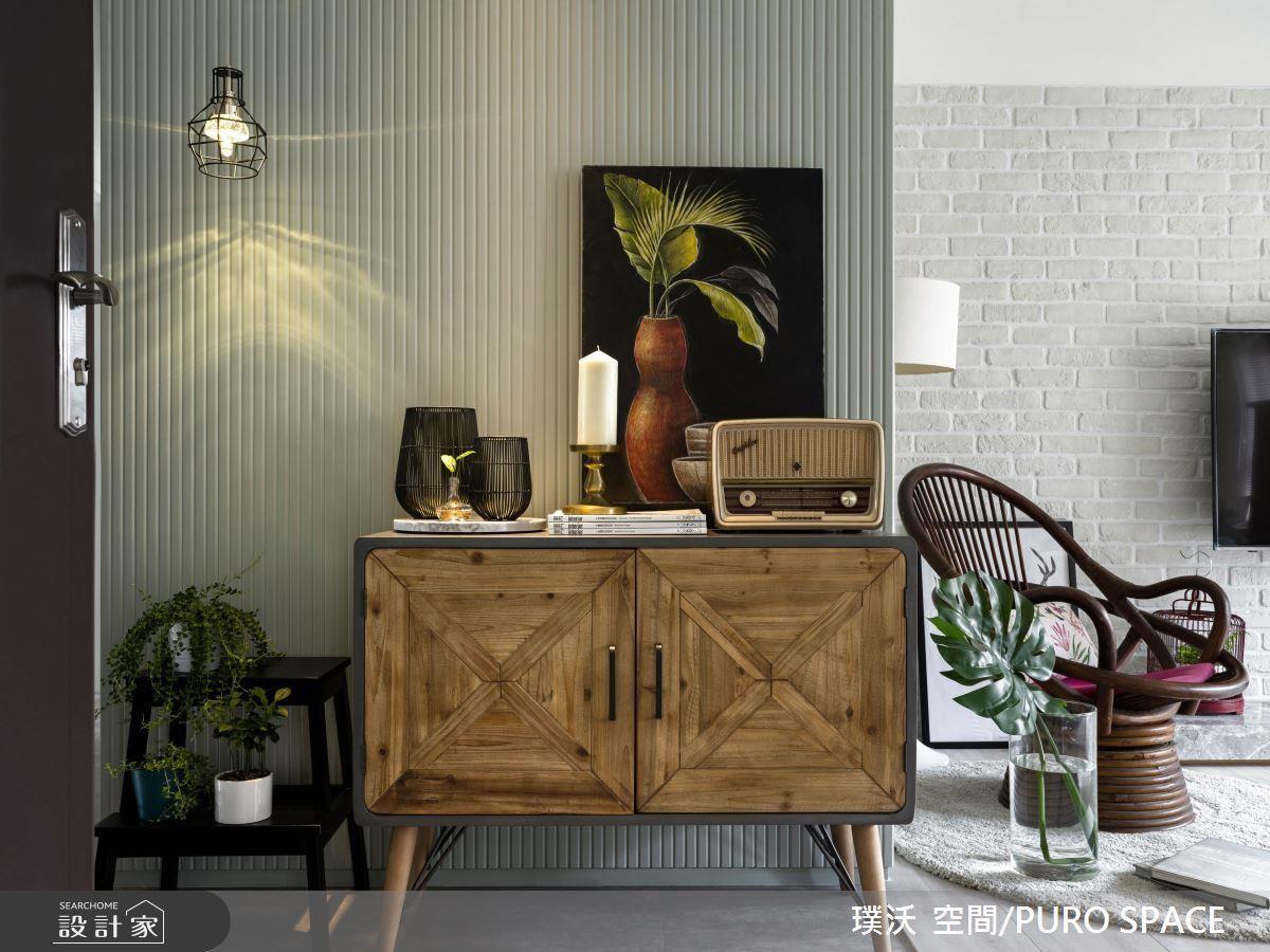 復古即是時髦的現在,利用仿舊鐵件木材玄關櫃加上工業風壁燈以及迷你盆栽,就是一個充滿品味的角落。 >> 點此看完整圖庫
