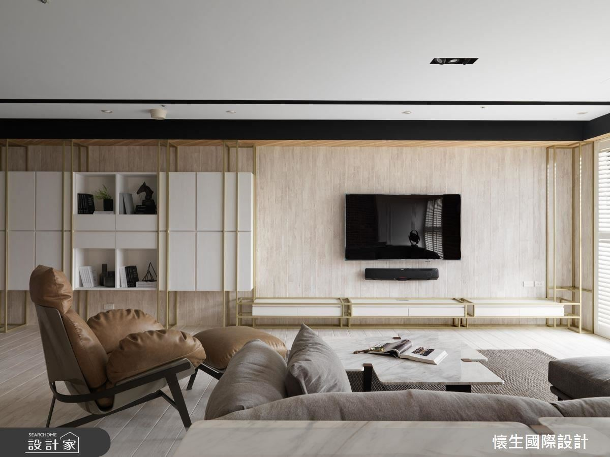 以金色鐵件元素框塑出電視牆面與收納櫃體,搭配木質材料的天地壁串聯,為空間帶來精緻休閒感。