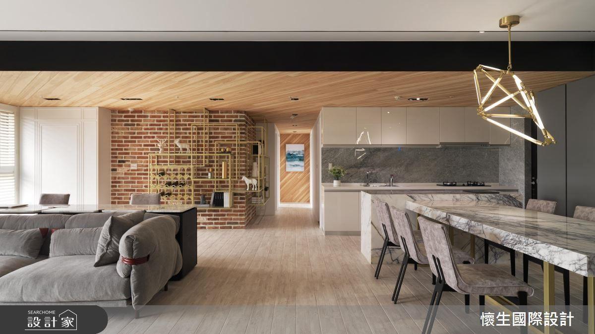 以大面斜紋天花板設計作為客餐廳的界定,藉由俐落的線條發散,創造進門後的視覺端景。