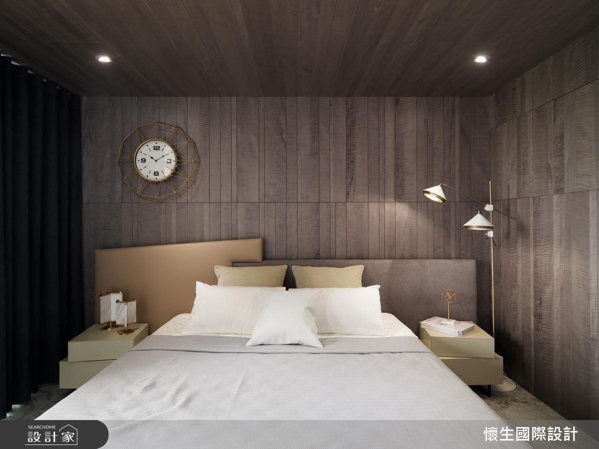 延續性木皮牆面與天花,營造臥室沉穩安定感。
