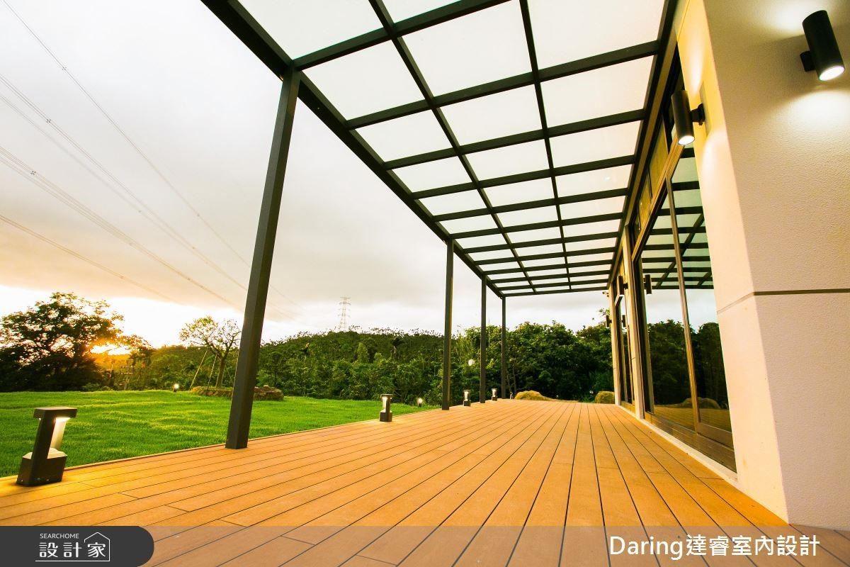 映襯綠意盎然的草地,暖陽灑落其上,不禁令人在戶外陽台想多留片刻。