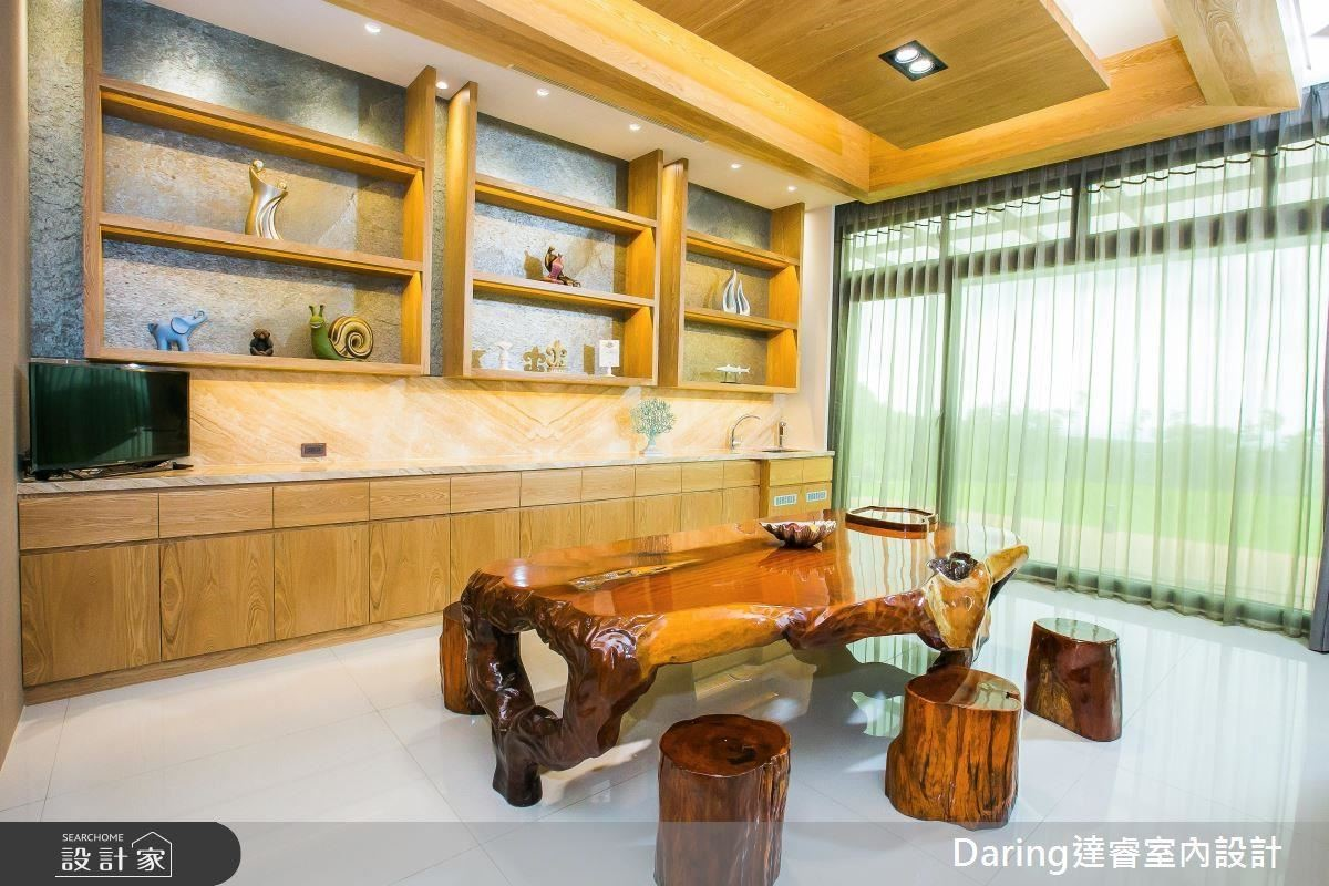 以大理石電視牆為軸心,將場域一分為二,泡茶區以溫潤木材迎合泡茶氛圍,客廳則是運用色彩及家具軟件呈現全家人團聚的溫馨感,空間也有了活潑氣息。
