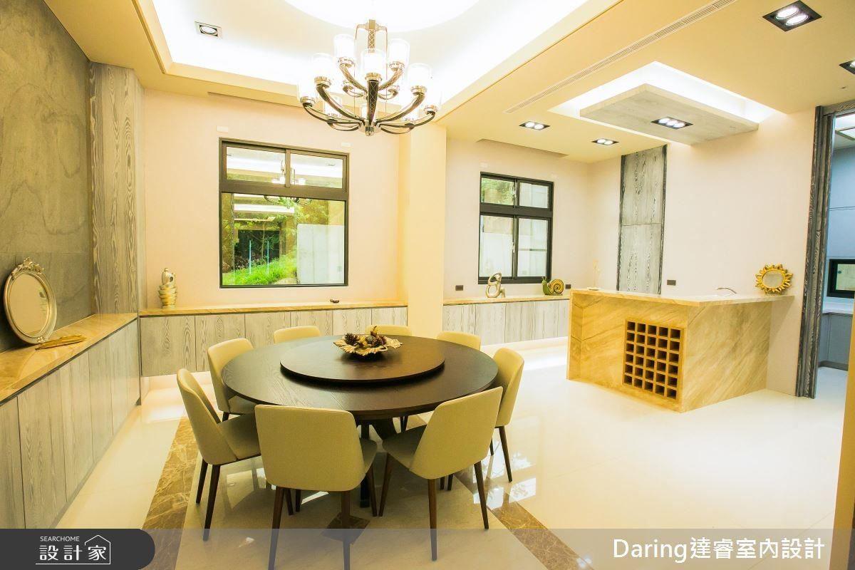 包廂式餐廳是設計師的小巧思,將一家人凝聚時刻包覆在空間裡,吧檯的設置增加屋主與家人間的互動。