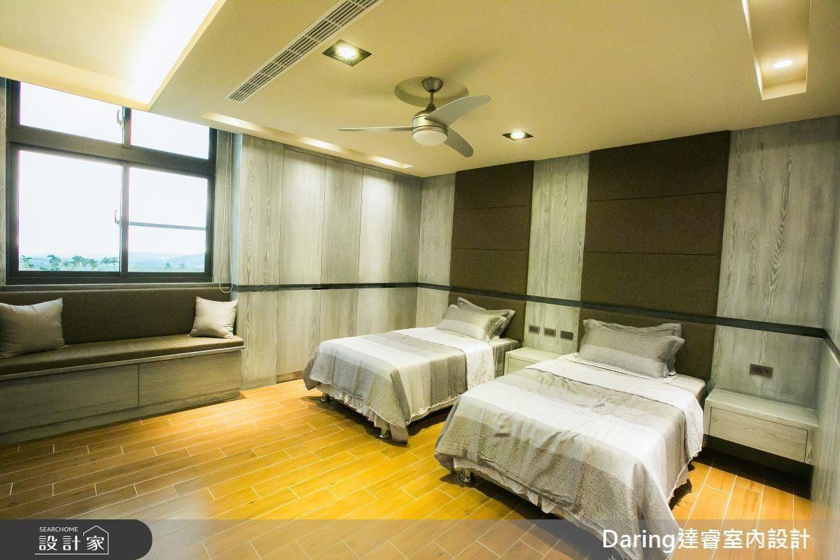 主臥以灰階色調符合屋主所愛,床頭背牆運用了繃布點綴,帶來立體感,瞬間讓空間有了對話。
