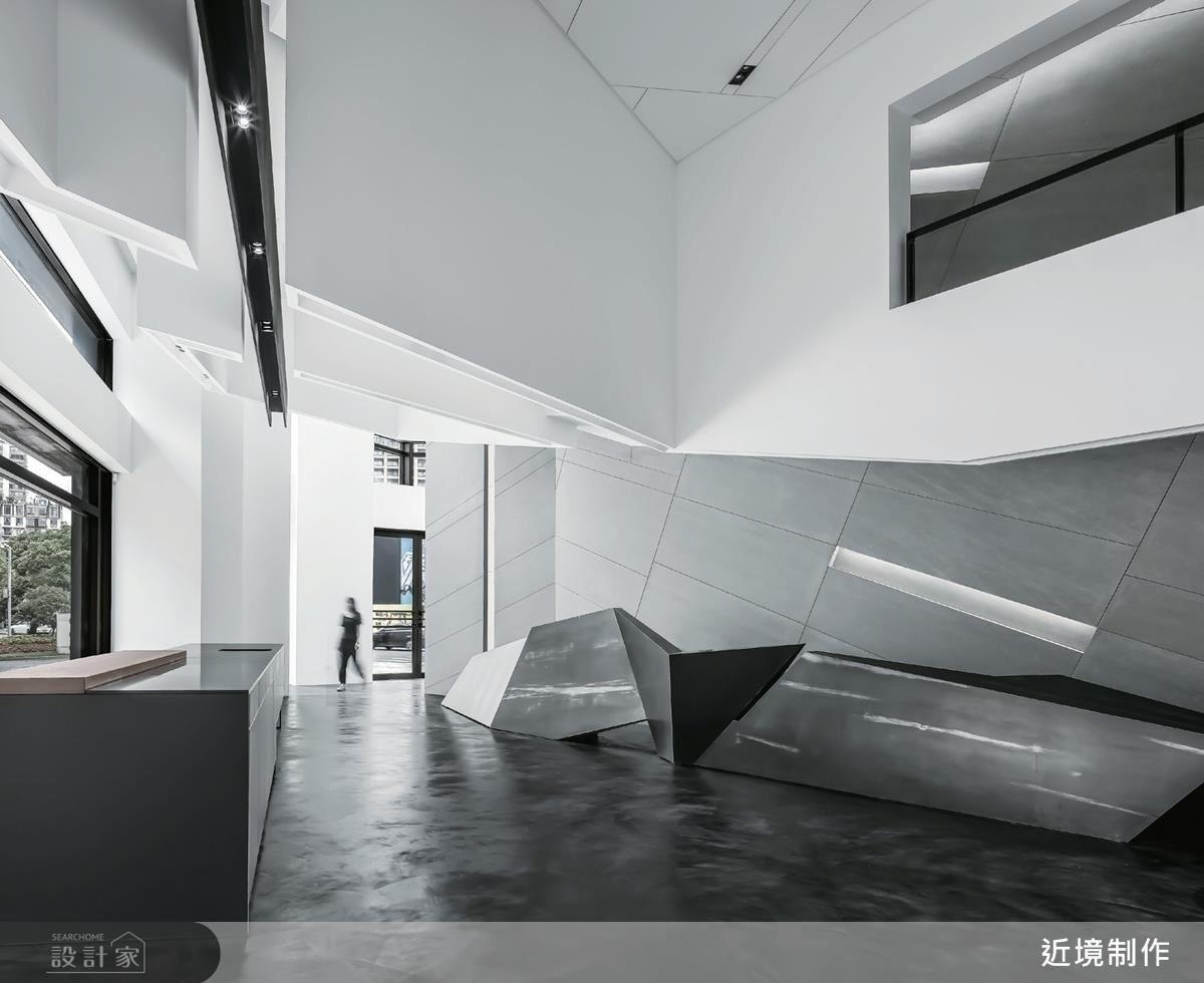 玄關的隔屏牆在鎢絲燈的暖黃光源下,加深板模的粗獷線條與水泥粗糙質感。