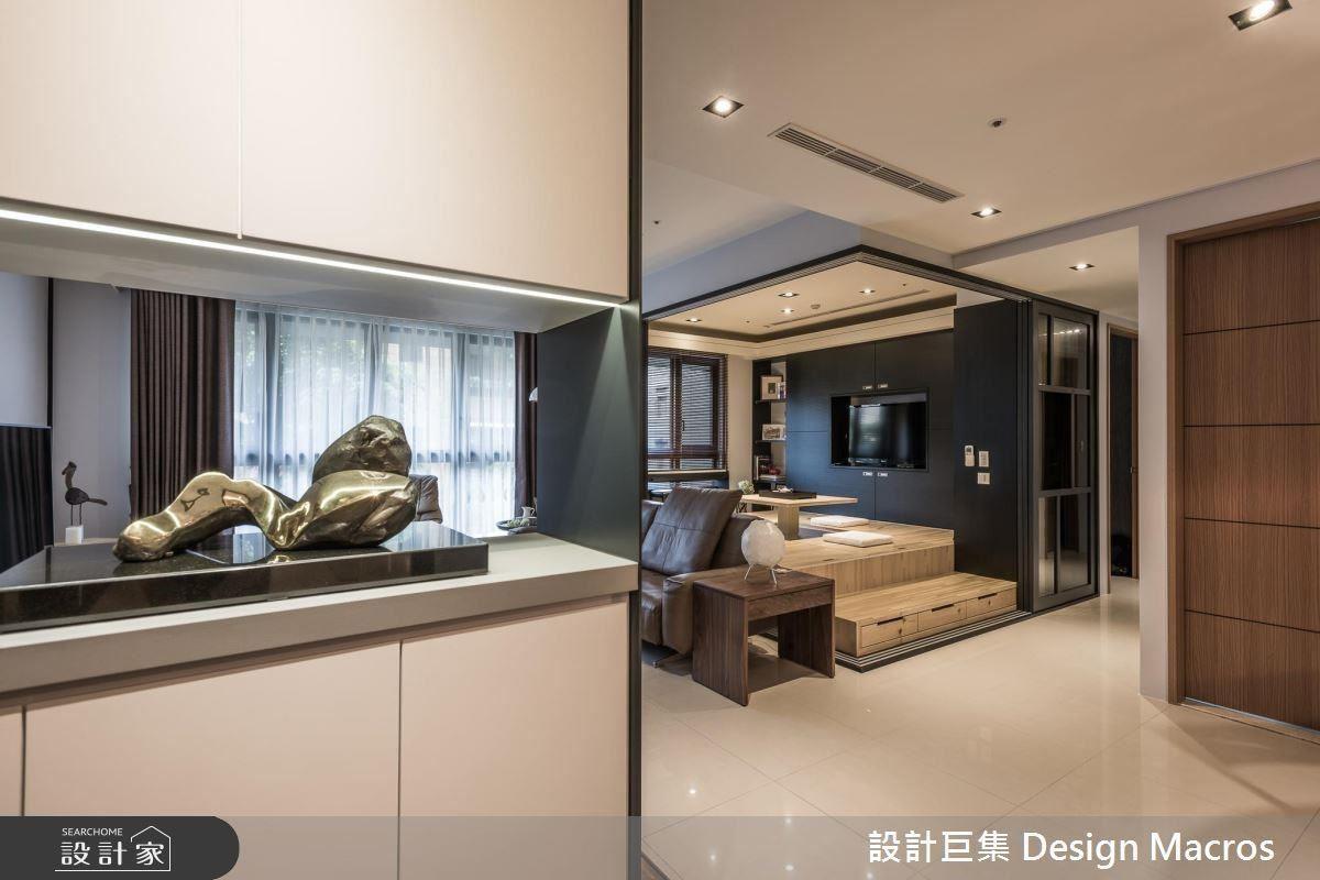 具有穿透性的玄關,以燈光和黑白灰3種建材的顏色凸顯屋主的藝術收藏,讓這個空間兼具轉折和展示的功能。