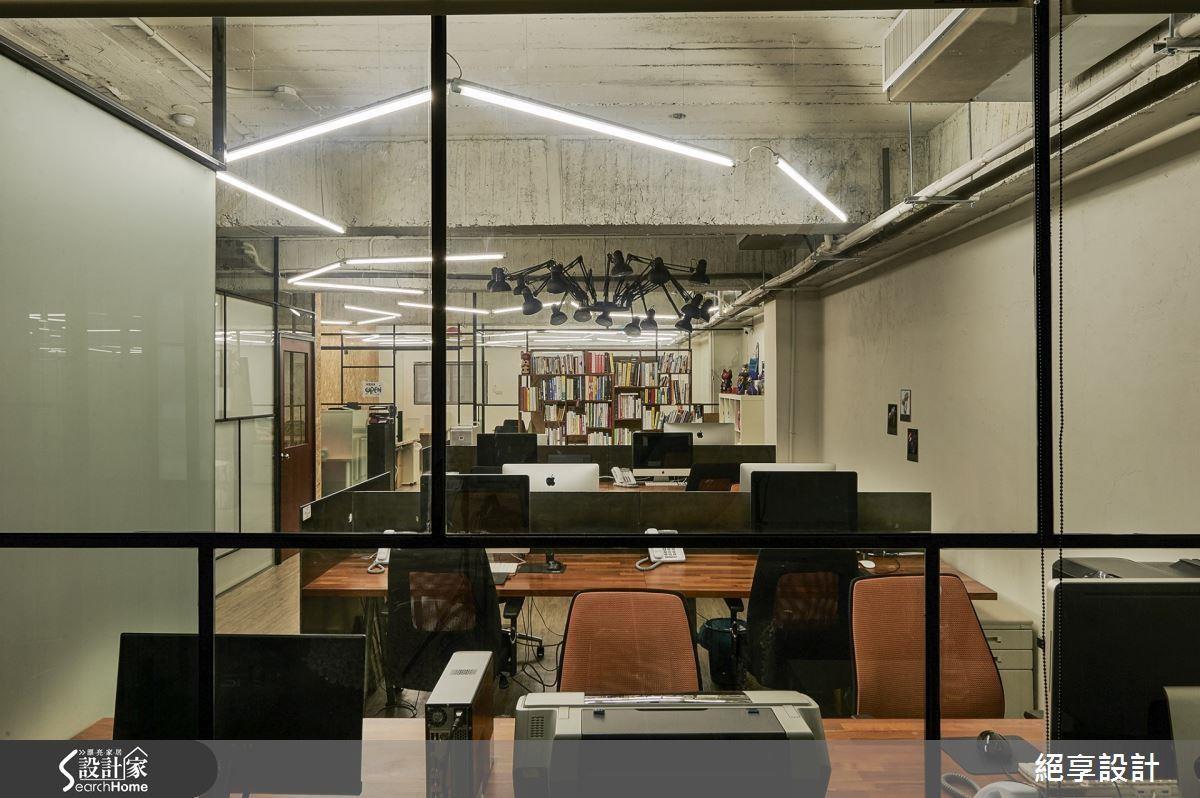 工業風 X 開放式辦公室,是不是也讓你想到《高年級實習生》的夢幻辦公室呢? >> 點此看完整圖片