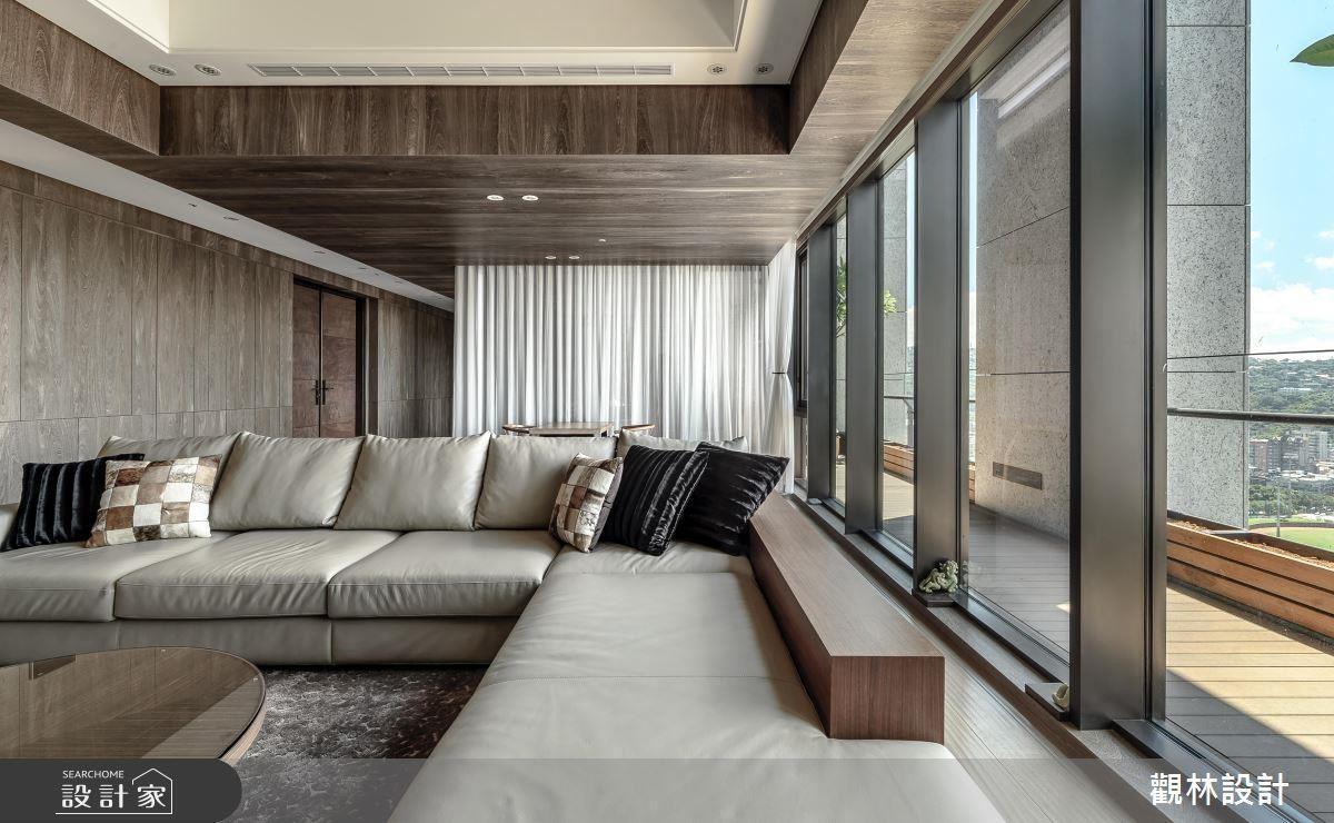 在雙十字的空間裡,設計師希望可以集結室外美景,與室內結合,便採用區塊性思考做空間規劃,使每個空間皆具有獨立性,再利用材質、動線,讓空間與空間之間有串聯性。