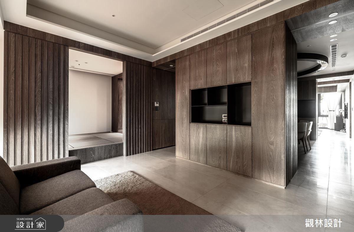 將電視牆面兩側的門拉開便是餐廳,再將酒櫃兩側的門拉開,則是休憩區,利用這樣的雙拉門,製造出雙動線,讓空間的連貫性更順暢。