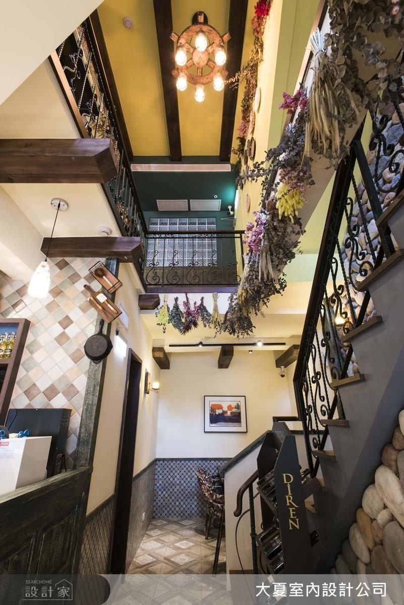 順著動線走進樓梯口,再一次看見壁爐點燃鄉村風的氣息,抬頭一望,便會發現設計師將兩樓間的樓板打掉,形成樓中樓的感覺,有畫龍點睛之作用。