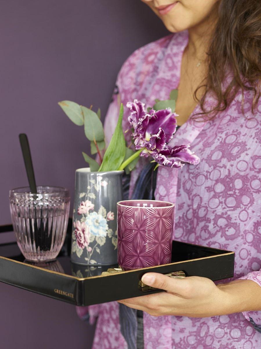 插上簡單的一隻花朵,將美麗的餐瓷端上桌,將節慶氛圍渲染整個居家空間。(圖片提供_Green Gate)