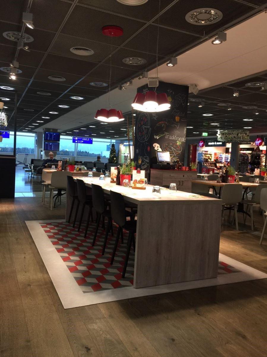 在荷蘭機場上窺見菱型的地板造型。