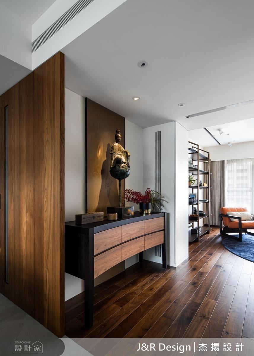 以活動式拉門方式,作為餐廳跟客廳的區隔,同時也是主臥房門,呈現空間的自由性。