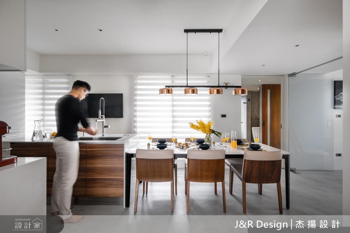 將原有隔間打通,營造開放式的廚房,成為親朋好友做客時的最佳之處,同時敞開空間,中島與餐桌的連結,也讓生活動線更為順暢。