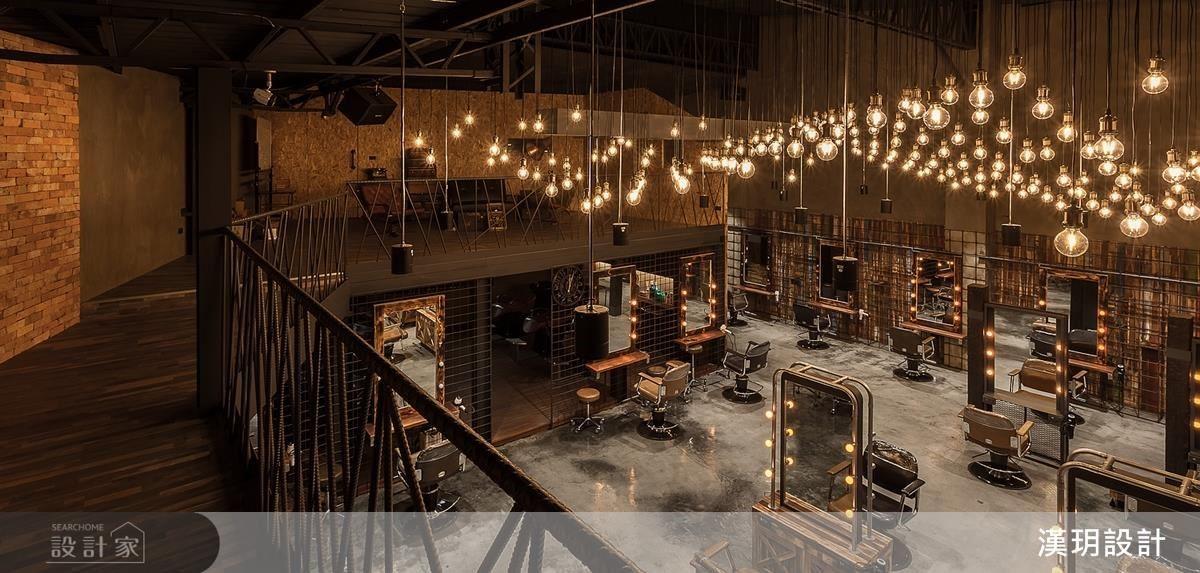 順應斜屋頂的架構,二樓空間為髮廊的拍照區,設計師巧妙的打造出迷幻燈海的背景效果,藉由光線轉折、角度、溫度來詮釋空間,成就出具質感特色的美好氣氛。