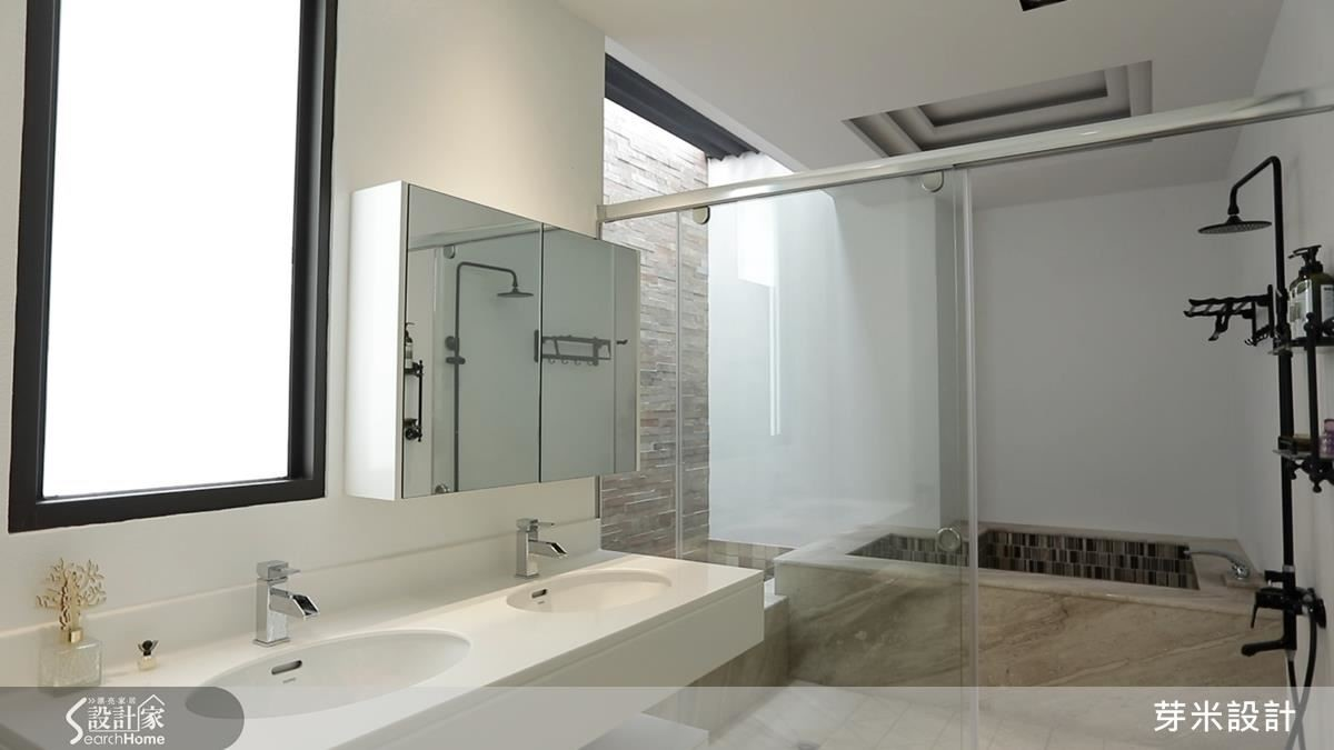 主衛浴中特意保留天井,搭配可調式開窗設計,帶來良好的通風與採光效果。