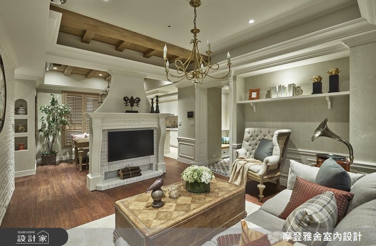 挑高天花板搭配古樸燈飾,營造歐式古堡般的韻味。