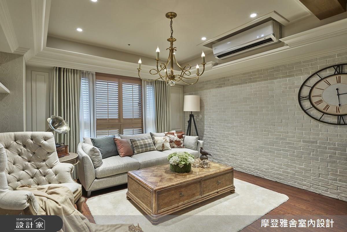 客廳於採光良好處設置大尺度沙發,為一家人帶來溫馨舒適生活場域。