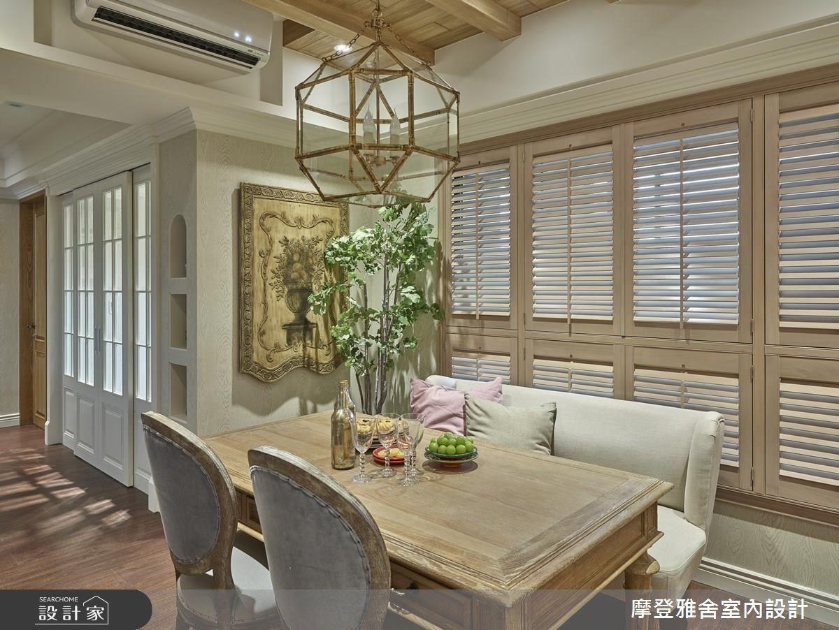 斑駁造型吊燈與實木餐桌相互呼應,營造在古堡般的用餐氛圍。