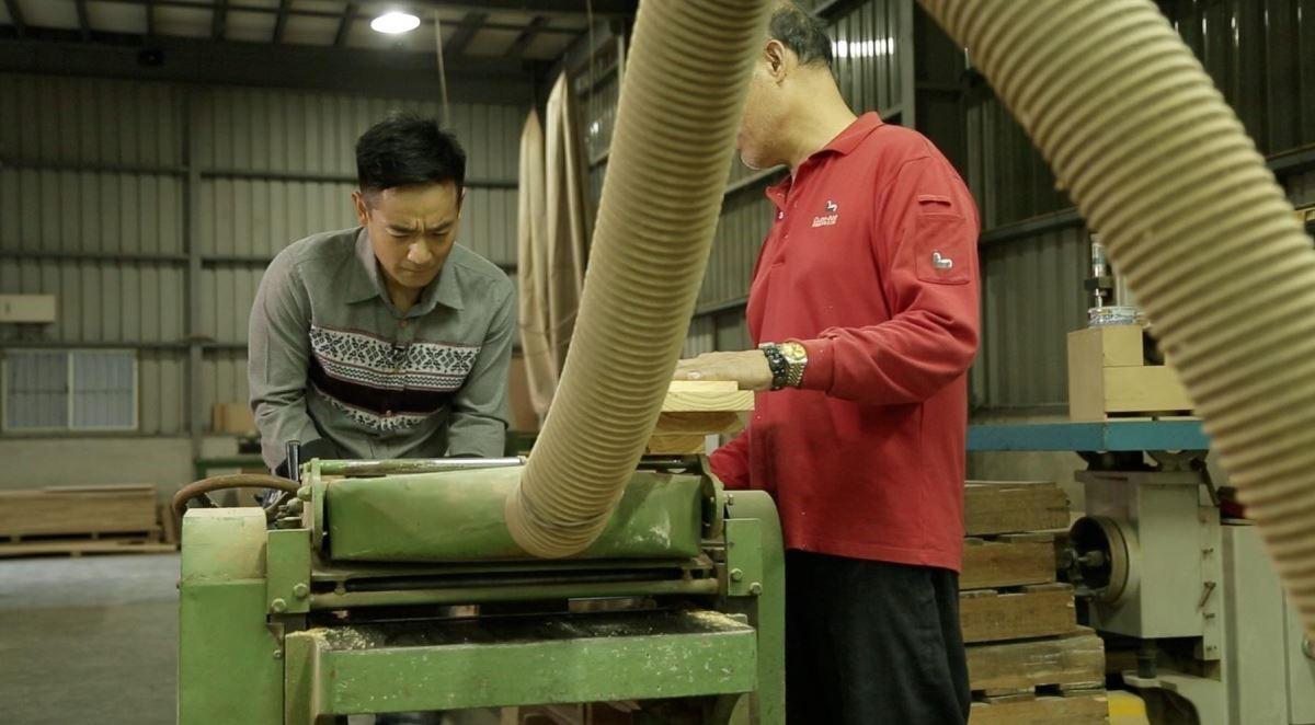 【沙發製成】Cube-Net 椅子工廠講求製作透明化,每個步驟堅持手工訂製製造,每個骨架、榫接接合再以配件鐵片、螺絲貨真價實講究環節的方式,讓「內在」更扎實,探員岑永康也親自捲起衣袖,體驗製作的辛勞。
