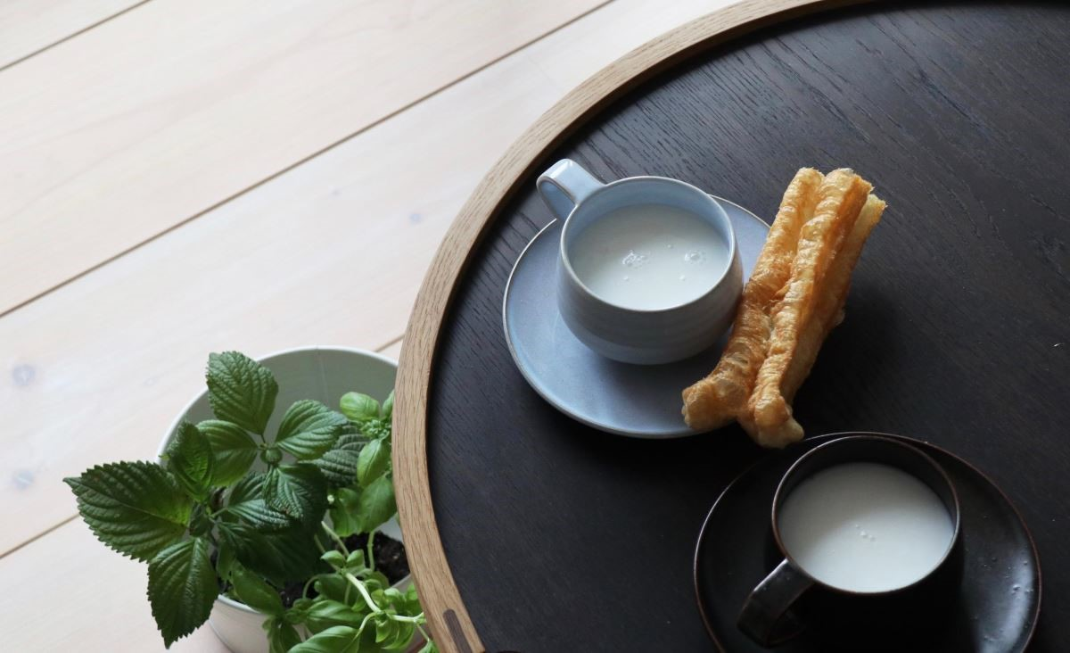 擁有四百年歷史的朝日燒,不但有充滿傳統京都美感的茶碗,第十六代松林佑典,也燒出了充滿朝氣、爽朗天藍、純樸深褐的雙色咖啡杯。