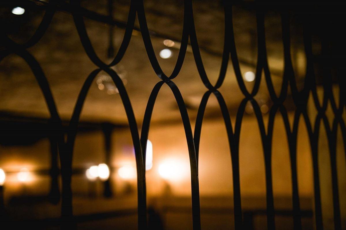 以在地、質樸設計元素,如窗花線條,將古意建材,翻玩出現代新意。