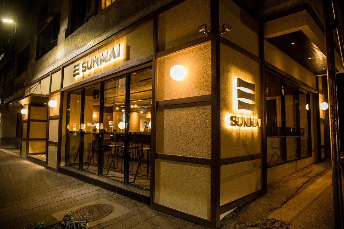 穿透式設計,讓店內、外暖色調的圓燈交互輝映、點綴城市夜晚。