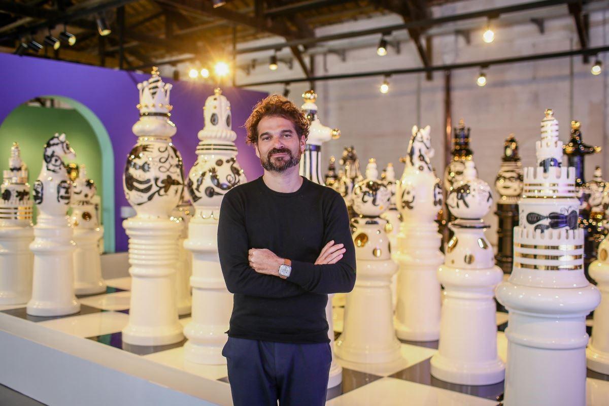 完美從設計跨界藝術的 Jaime Hayon 擁有無限的熱情與創意靈魂,被視當代最具影響力的設計師之一,更被譽為「菲利浦‧史塔克接班人」、「設計界的達利」。