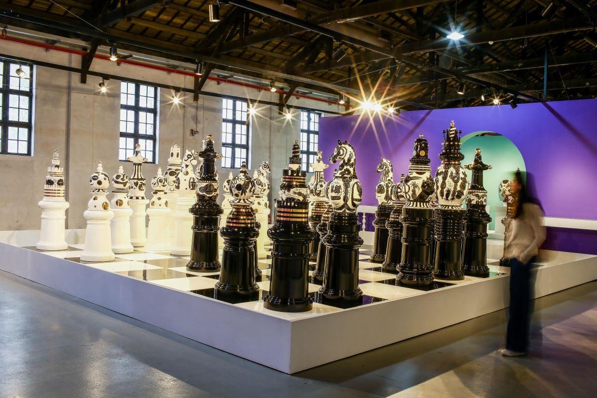 《西洋棋》曾旅居倫敦三年的 Jaime Hayon, 以英國歷史文化為靈感,將著名的特拉法戰役與紀念廣場轉化為西洋棋舞台,並親手上漆繪製。