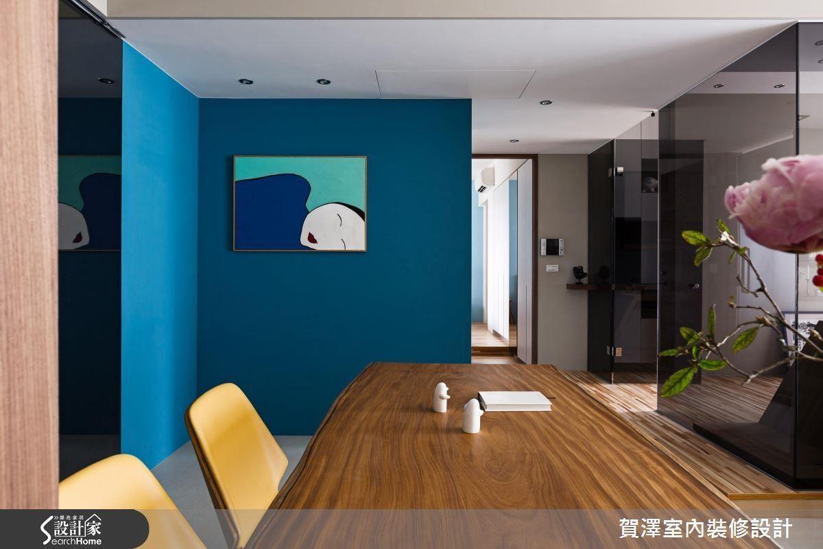 餐廳牆面以充滿活力的藍色作為跳色,營造休閒自在的氛圍。