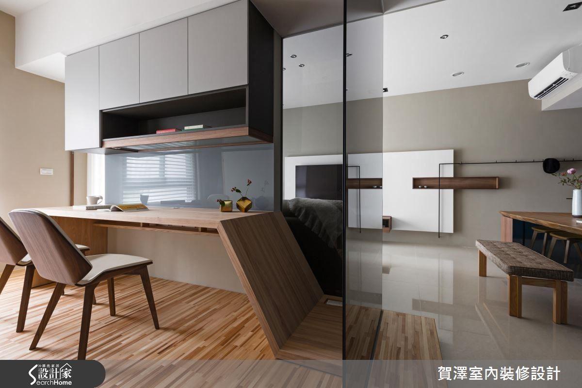 以通透玻璃隔間建構書房空間,讓公領域更顯寬敞明亮。