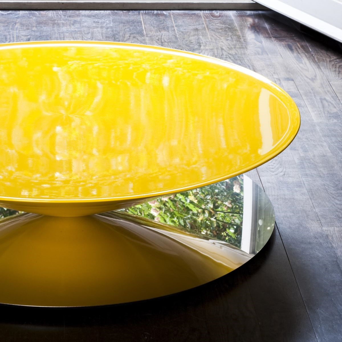 Float。優雅圓弧造型與鏡面相輝映,創造輕盈優美的咖啡桌質感。