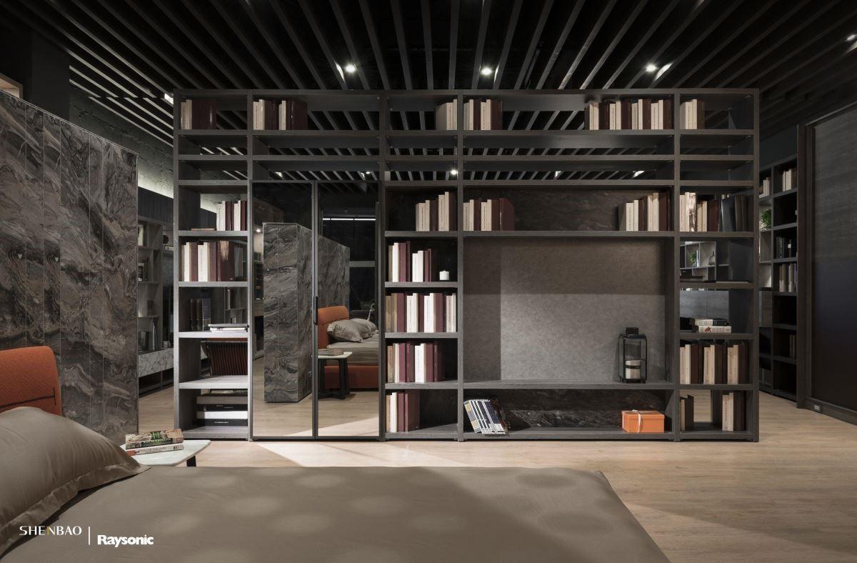格柵天花板搭配開放層板櫃體,鏤空的視覺營造出開闊、延伸感。
