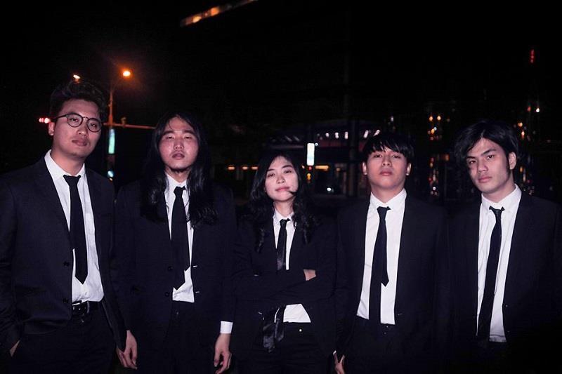 目前團員組成為主唱立長、鼓手會元、吉他手偉碩以及大提琴手佳瑩與貝斯手潔民。圖片提供_老王樂隊