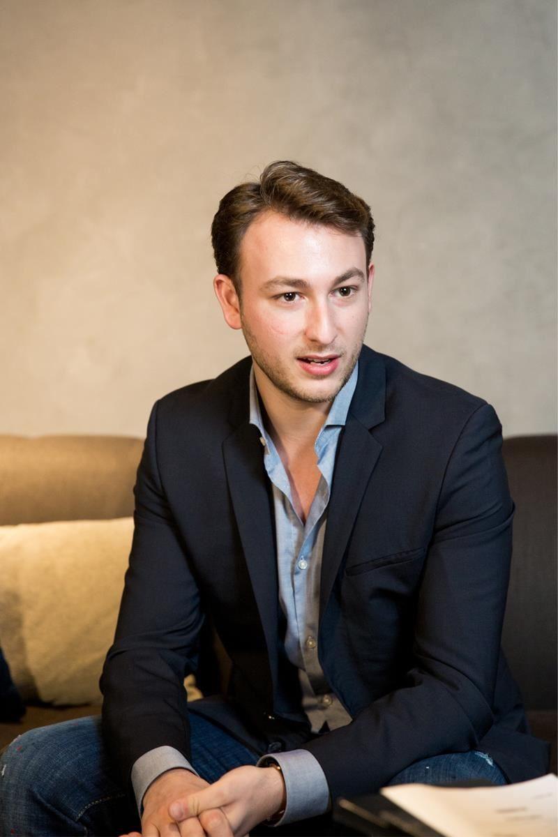 品牌外銷經理 George Papadatos 認為,「灰色是家具能賦予房屋最優雅、最突出的基調」。