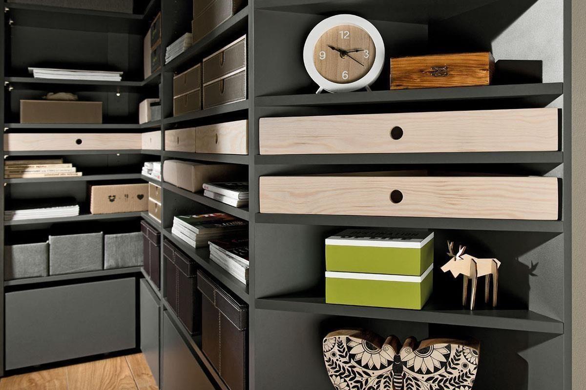LORI 系列的經典書櫃附有多達8組層板,L形轉角書櫃、金屬門寬書櫃等細節相當精緻,並設有層板組的加強以支撐五金配件,三角轉角書櫃也有專屬木抽屜盒,整體質感就像量身訂做。