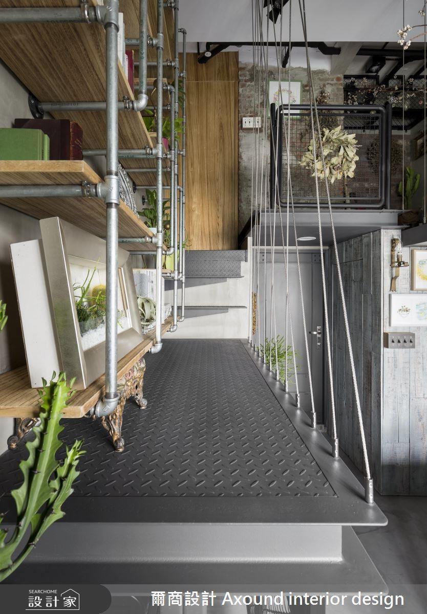 樓梯扶手別出心裁地選用鋼索打造,形成輕盈無礙的穿透視線。