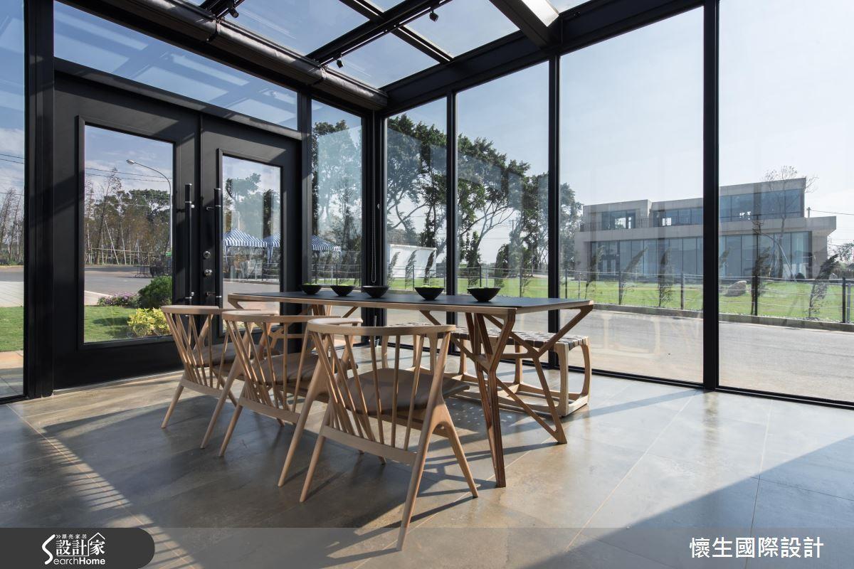 設計師巧妙將餐廳獨立規劃為一個 4 面皆透明的玻璃屋,最適合來場日光浴! >> 點此看完整圖庫